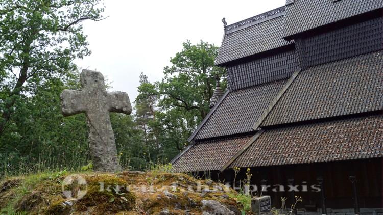 Fantoft Stabkirche - Mittelalterliches Steinkreuz