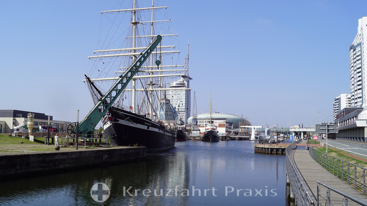 Historic crane in front of the Seute Deern