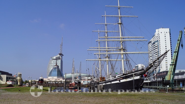 Alter Hafen mit der Dreimastbark Seute Deern