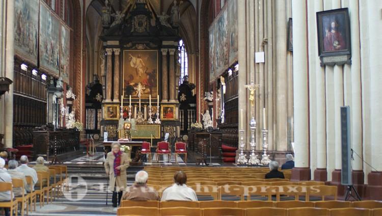 Kirchenschiff der Sint Salvatorskathedrale