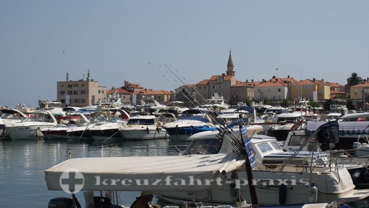 Blick über die Marina auf Alt-Budva