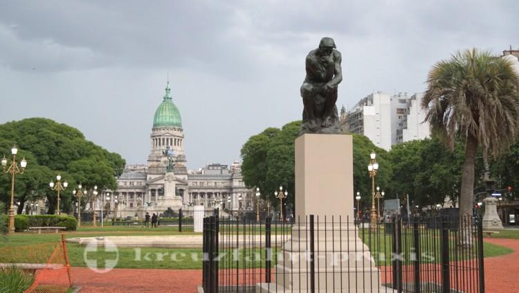 Palacio del Congreso mit dem Denker
