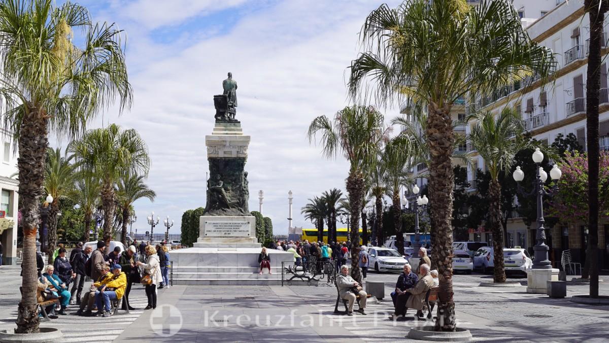 Die Plaza de San Juan de Dios mit dem Moret-Denkmal