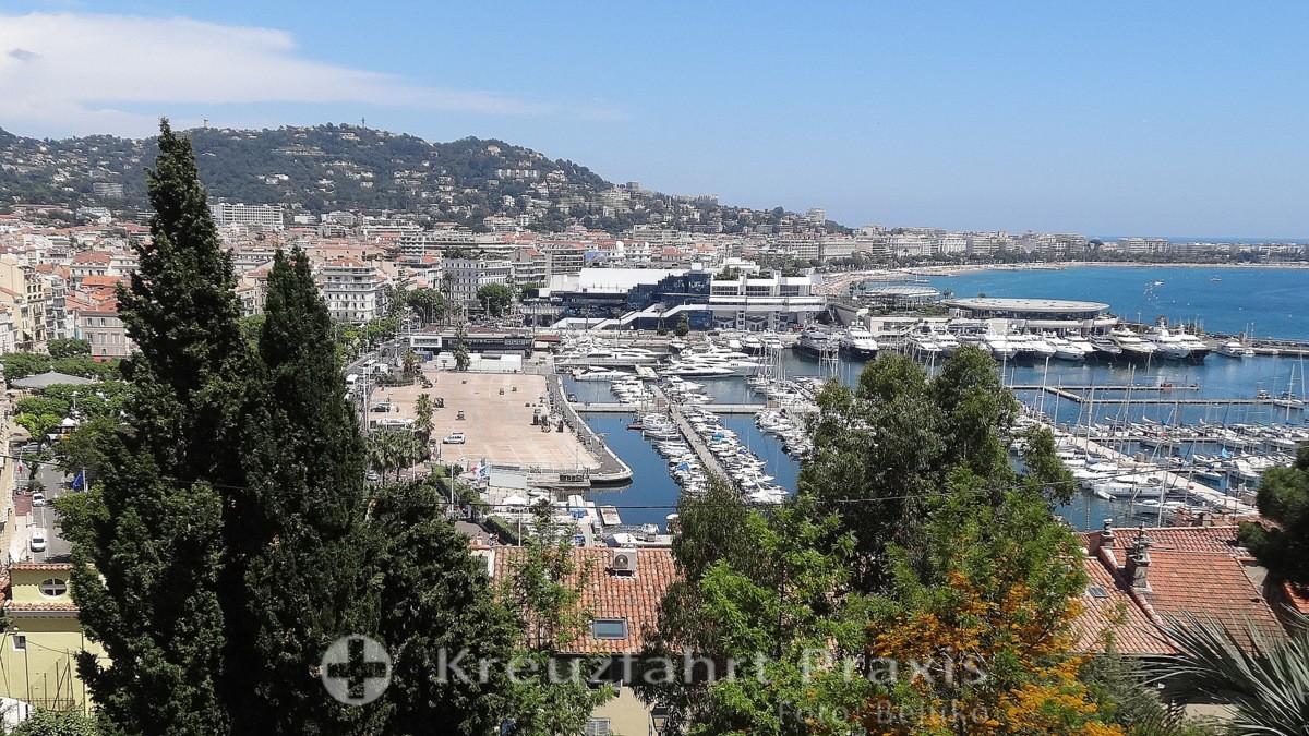 Blick auf den Vieux Port und das Festspielzentrum