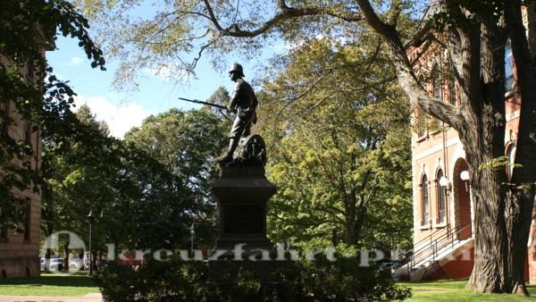 Charlottetown - Prince Edward Island - Denkmal zwischen Province House und Hon. George Coles Building