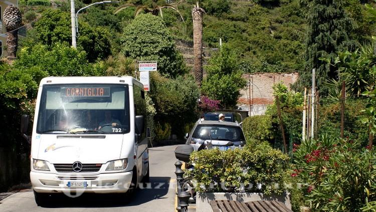 Cinque Terre - Kleinbus in Corniglia