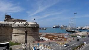 Forte Michelangelo mit Kreuzfahrtschiffen im Hintergrund