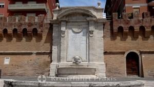 Die alte Stadtmauer mit der Fontana del Vanvitelli