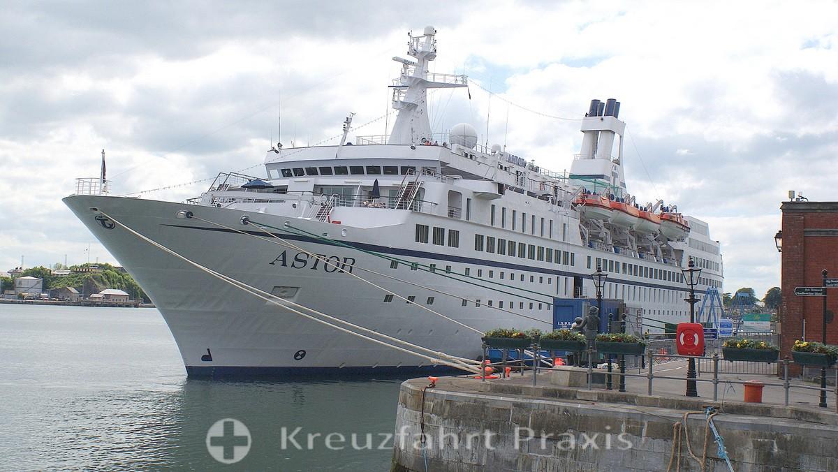 Kreuzfahrtschiff MS Astor am Kai von Cobh