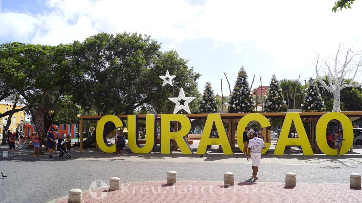 Willemstad - Schriftzug Curaçao am Wilhelminaplein