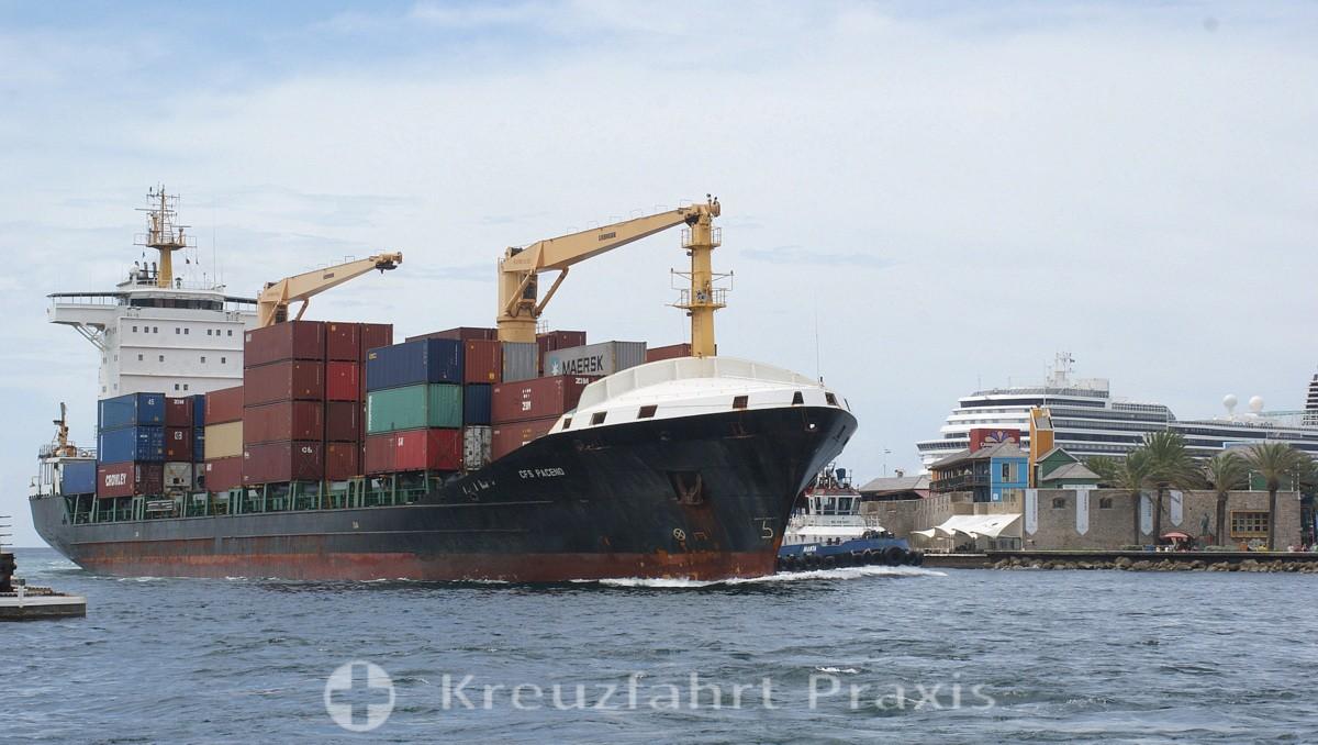 Sint Annabaai mit Frachtschiff