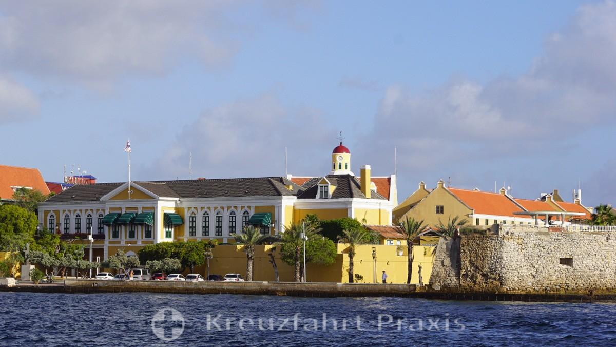 Willemstad - der Gouverneurspalast mit dem Waterfort und der Fort Kirche