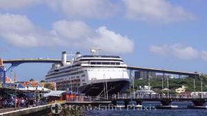 Willemstad - Mathey Wharf mit MS Rotterdam - dahinter die Koningin Julianabrug