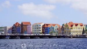 Willemstad - die Handelskade mit dem Penha-Gebäude, daneben die Königin Emma-Pontonbrücke