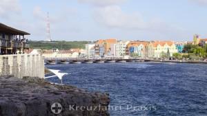 Willemstad - Sint Annabaai mit der Königin-Emma-Pontonbrücke
