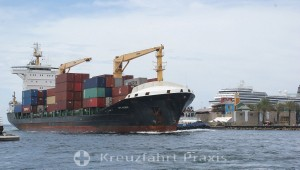 Willemstad - ein Frachtschiff fährt in die Sint Annabaai ein
