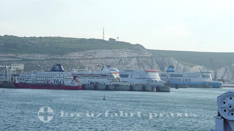 Fährschiffe im Hafen von Dover