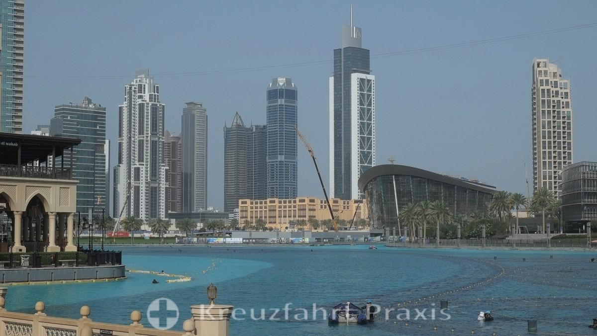 Der Burj Khalifa See mit  der Dubai Opera
