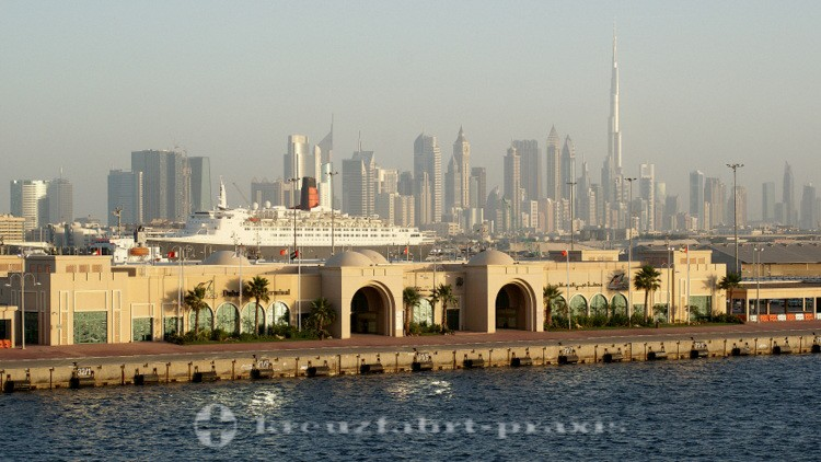 Dubai-City - Dubai Cruise Terminal mit Queen Elizabeth 2 und Burj Khalifa