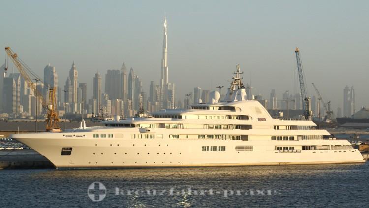 Dubai-City - Skyline mit Staatsyacht Dubai