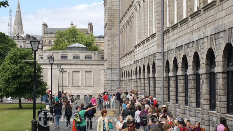 Trinity College - Anstehen zum Book of Kells