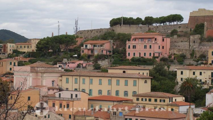 Portoferraio - Forte Falcone mit Teatro di Vigilanti (Bildmitte links)