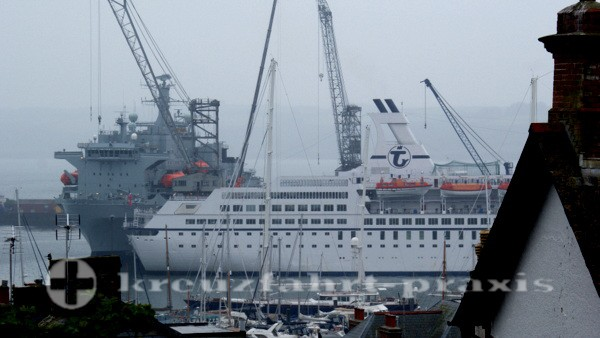 Falmouth - MS Astor vor Landungsschiff RFA Lyme Bay