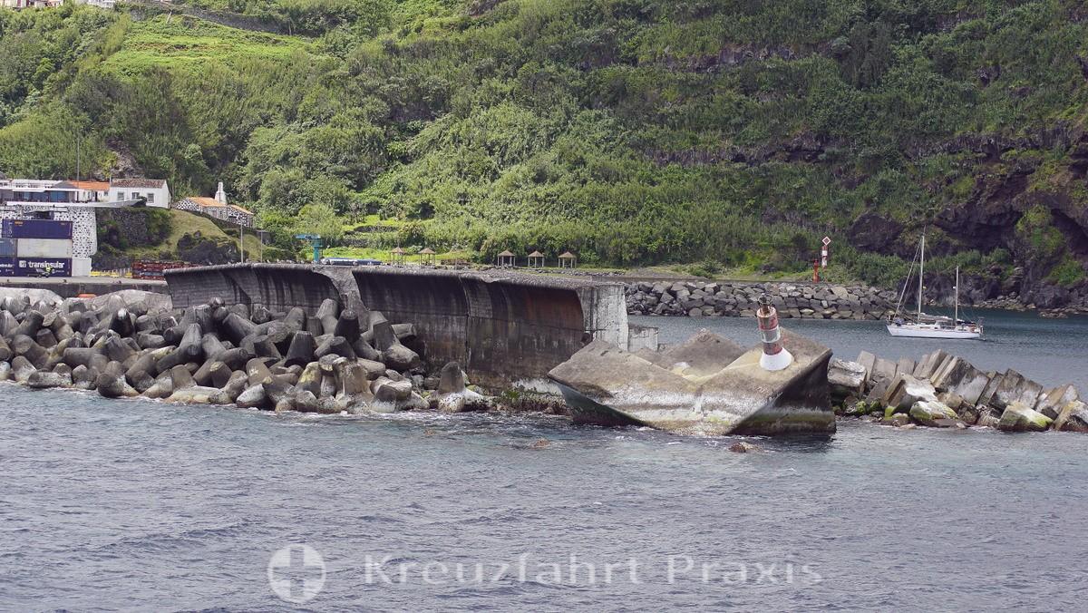 Lajes das Flores - the destroyed pier