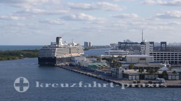 Fort Lauderdale - Port Everglades mit Kreuzfahrtschiff
