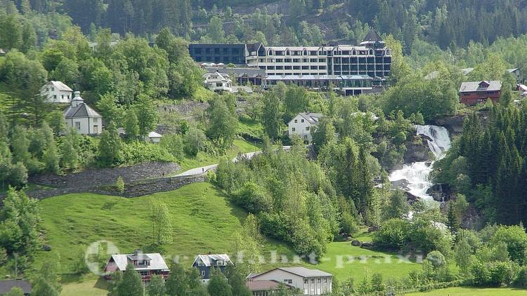 Hotel Union - davor der Wasserfall