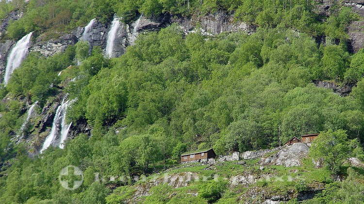 Hochgelegener Bauernhof im Geirangerfjord