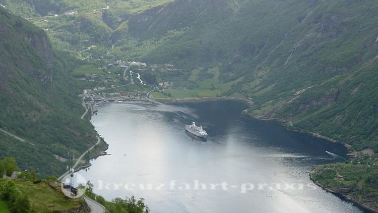Geirangerfjord mit Kreuzfahrtschiff