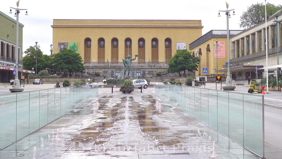 Poseidon fountain on Götaplatsen - behind it the art gallery