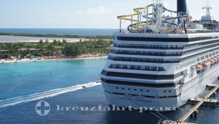 Grand Turk - Kreuzfahrtschiff und Strand