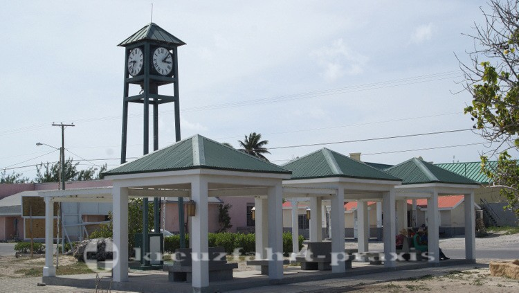 Grand Turk - Der Millennium Clock Tower von Cockburn Town