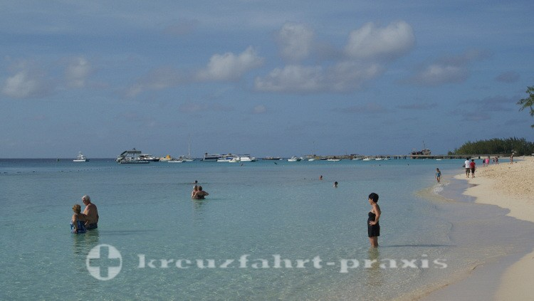 Grand Turk - Badende vor dem Cruise Center