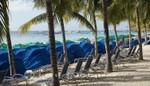 Grand Turk - Strandliegen und Sonnenschutz