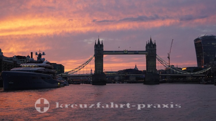 Sonnenuntergang hinter der Tower Bridge