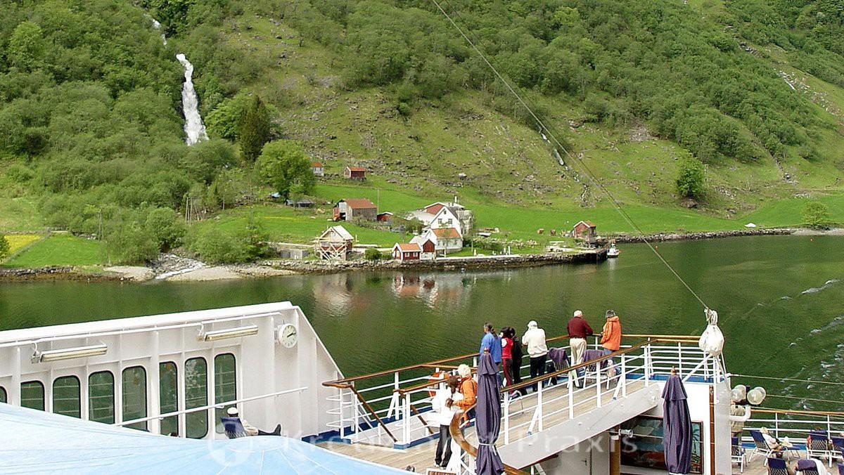 Nærøyfjord - unterwegs mit dem Kreuzfahrtschiff - staunende Passagiere