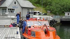 Gudvangen - das Tenderboot und seine Besatzung warten