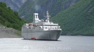 Kreuzfahrtschiff MS Astor vor Gudvangen im Nærøyfjord