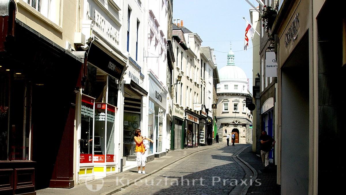 Saint Peter Port - High Street mit Lloyd TSB Bank