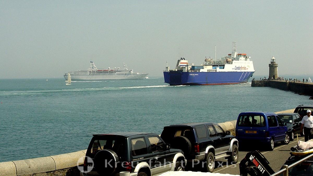 Hochseefähre und Kreuzfahrtschiff MS Astor vor Saint Peter Port