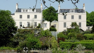 An Candie Gardens angrenzende Wohnhäuser