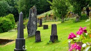 Grabsteine neben der Sunnylven Holzkirche