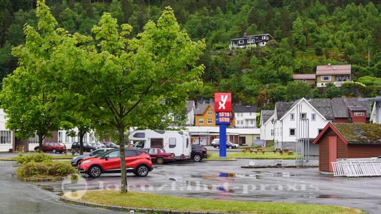 Nahe der Mole: Supermarkt, Tankstelle, Souvenirläden