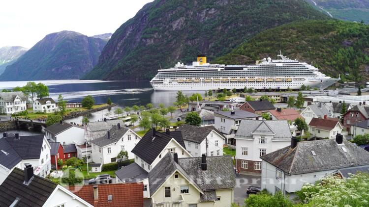 Kreuzfahrtschiff Costa Pacifica am Anleger Hellesylt