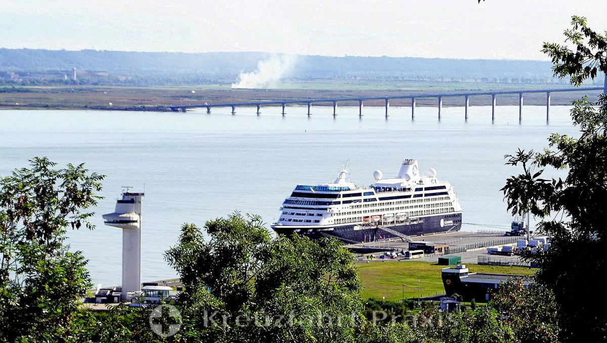 Cruise ship berth