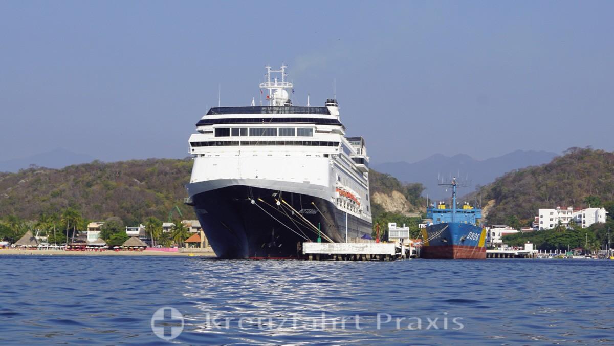 MS Rotterdam an der Hafenmole von Huatulco