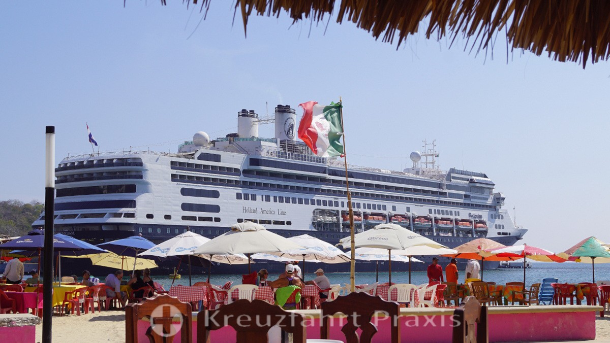 Santa Cruz Huatulco - Strandbar und Kreuzfahrtschiff MS Rotterdam